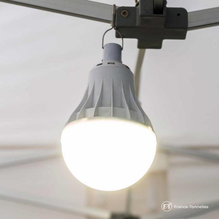 Lampe accrochée sur la tonnelle